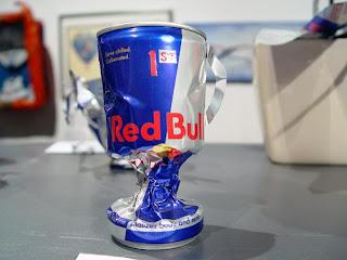 escultura con latas de redbull