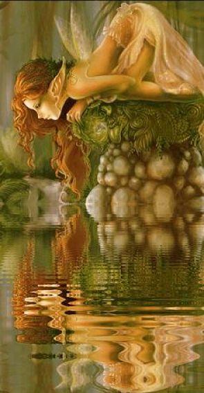 Hada reflejada en el agua