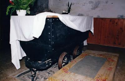 Altar, vagoneta de mina, en la iglesia de San Jorge de Tormaleo. 1999