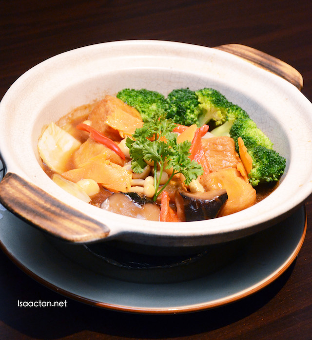 Braised Homemade Beancurd with Mushroom & Vegetables in Claypot (RM 18.90)