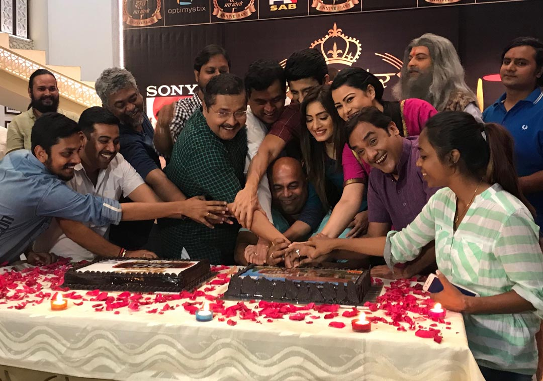 Cast and crew of show Sajan Re Phir Jhoot Mat Bolo Celebrating 1st Anniversary of the show
