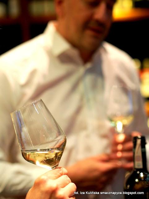 degustacja win i dan, wine bar la vinotheque, zaproszenie na kolacje, blogerzy na kolacji, smaczna pyza w la vinotheque, biale wino,