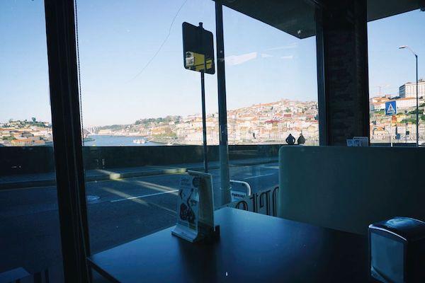 下り坂の途中にあったアットホームなしょぼめのカフェに入る