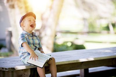 niño riéndose