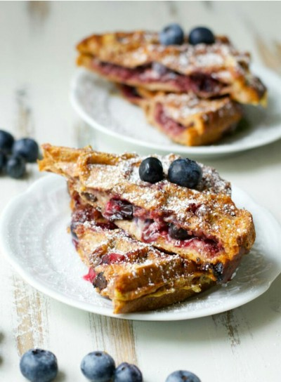 43. Waffle french toast isi saus blueberry cheesecake