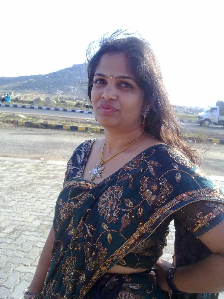 Top 50 Real Indian Housewife Bhabhi Saree Hot Sexy -8641