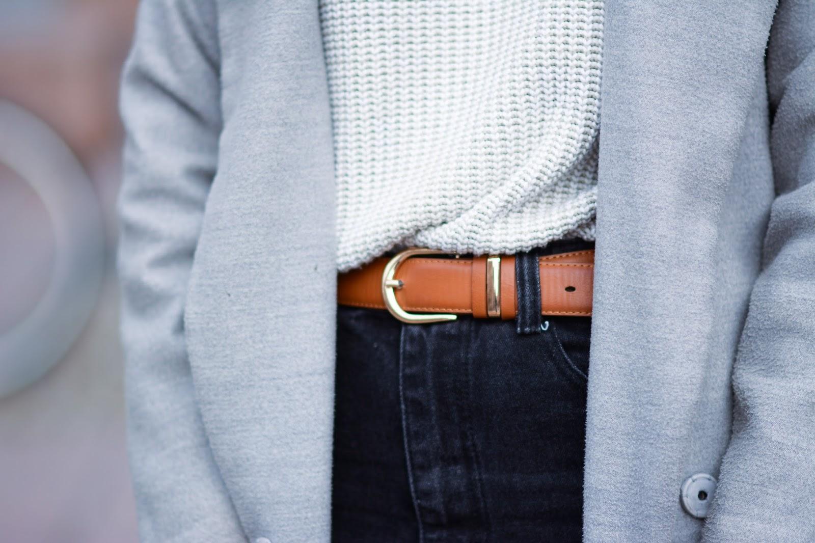 Spodnie z postrzępionymi nogawkami, skórzane botki z Zary, długi szary płaszcz i pleciony sweter z golfem blog