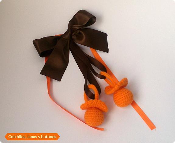 Con hilos, lanas y botones: chupetes de ganchillo o crochet con cascabel