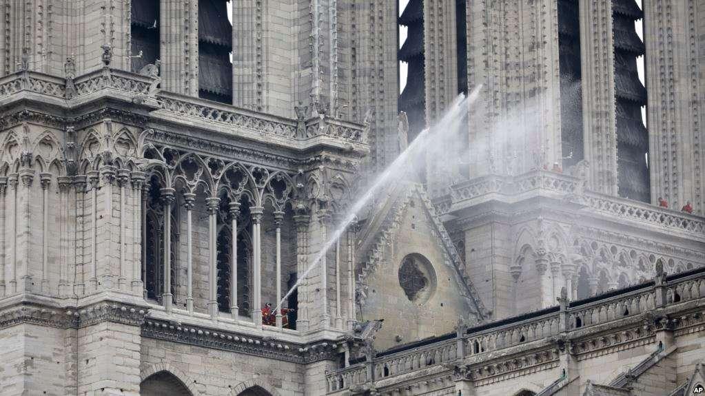 Con el incendio que se desató el lunes por la noche y consumió rápidamente la catedral ahora bajo control, la atención se está centrando en garantizar la integridad estructural del edificio restante / AP
