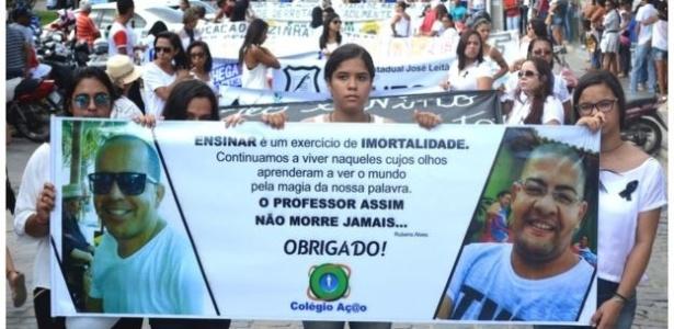 Professores gays carbonizados em carro levam cidade do sertão baiano às ruas