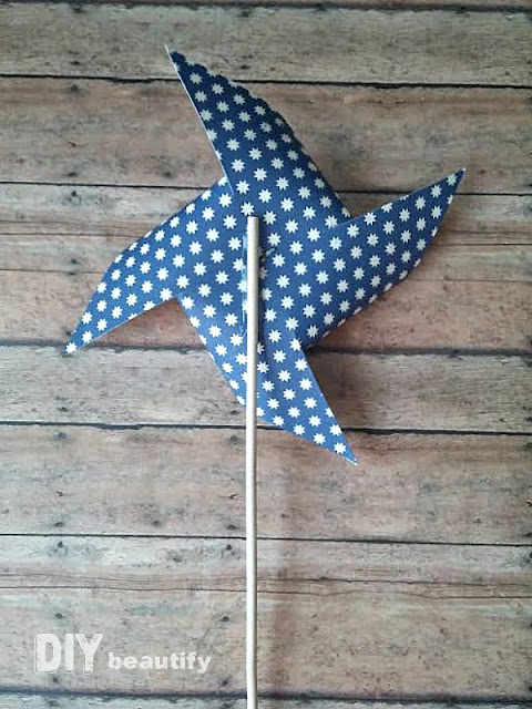 Learn how to make these awesome Patriotic Pinwheels in just a few simple steps! Find the tutorial at DIY beautify!