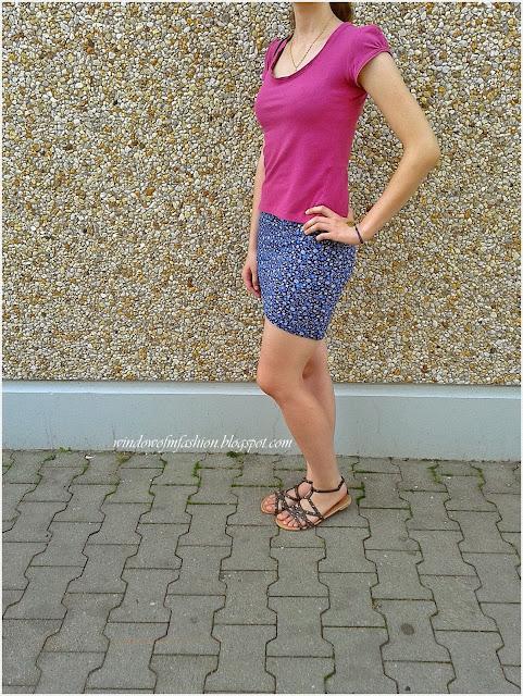 Bluzka w odcieniu fuksji, asymetryczna spódnica z Tally Weijl, sandały z ćwiekami, mini torebka z uszami kota
