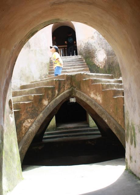 Masjid bawah tanah Sumur Gumuling di Taman Sari.