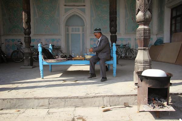 Ouzbékistan, Andijan, rue Bazernaya, musée littéraire Babour, tapshan, tapchane, © L. Gigout, 2012