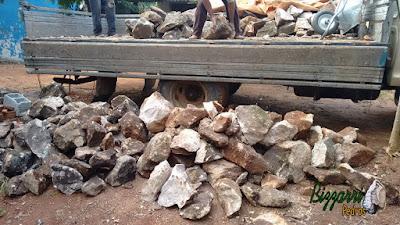 Pedra para base de construção, com pedra moledo nesse tom marrom mesclado.
