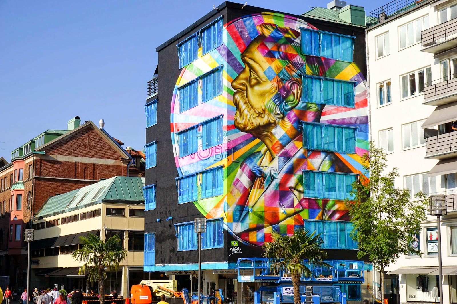 Along with a stellar line-up such as Etam Cru or Natalia Rak, Eduardo Kobra is also in Sweden where he was invited to paint for the No Limit Boras festival.