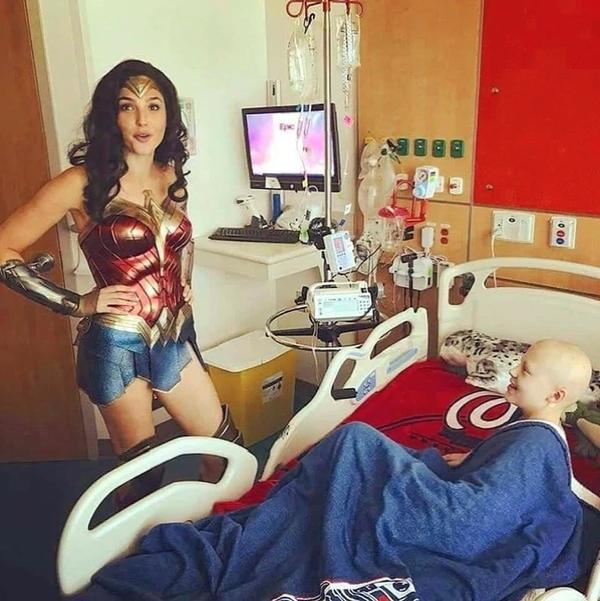 """Gal Gadot visitó a niños con cáncer vestida de """"Mujer Maravilla"""""""