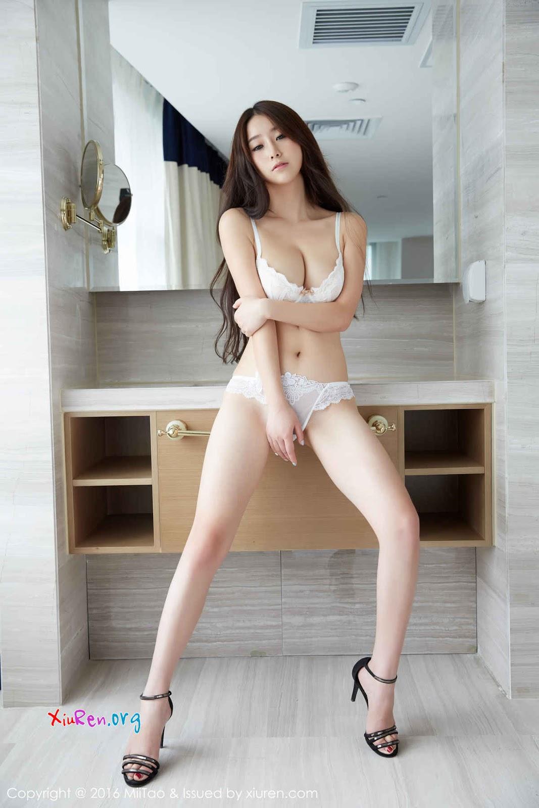Gái xinh mông to ngực to nội y siêu mỏng lộ lông mu