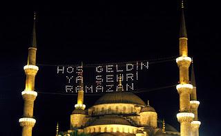 - إنارة المآذن  بمجرد رؤية هلال رمضان تبدأ بإنارة المآذن ووضع جُمل رمضانية للمباركة والترحيب بالشهر الفضيل مابين مأذنتين للجامع نفسه .