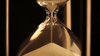 СИНЯЯ ПОЛНАЯ ЛУНА ОБНОВЛЕНИЕ: БЛИЗНЕЦЫ, СТРЕЛЫ И ПОСТАВКИ Depositphotos_146032709-stock-video-hourglass-last-grains-of-sand
