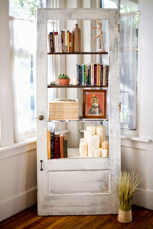 librero modernisado con cosas viejita