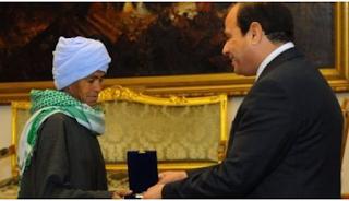 Αιγύπτια ζούσε 40 χρόνια ως άνδρας για να μεγαλώσει την κόpη της – Την βράβευσαν ως την καλύτερη μητέρα