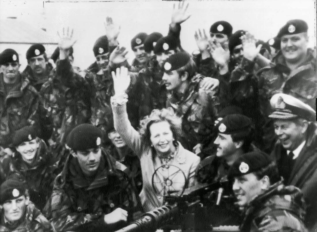 La Sra. Thatcher visitando a las tropas británicas en las Islas Falkland, enero de 1983.