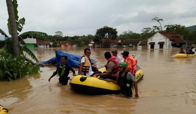 Polisi Bantu Warga Bersihkan Lumpur Pasca Banjir Bandang di Tasikmalaya