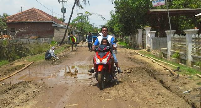 Jalan berlubang di desa muara blanakan subang akan di cor