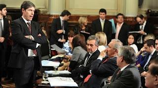 En el Senado, el debate del proyecto generó un ríspido cruce de opiniones entre el FPV y Cambiemos, que intentó sin éxito postergar la firma del dictamen a partir de pedir la comparecencia del ministro de Trabajo, Jorge Triaca, para brindar un panorama sobre la situación laboral en el país.