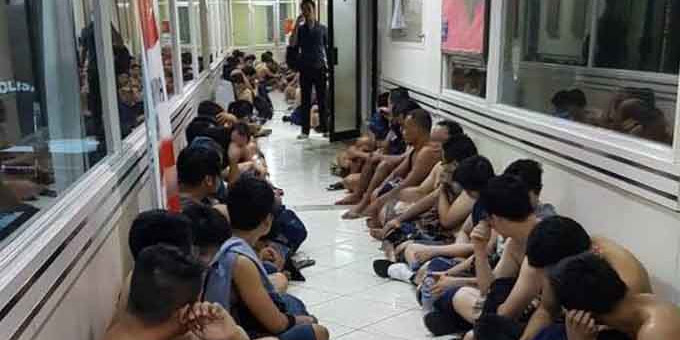 Larang Foto Penggerebekan Pesta Gay , Polisi Biarkan Foto Chat Firza Beredar