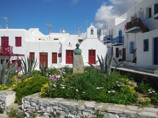 pomnk na tle białych greckich domków