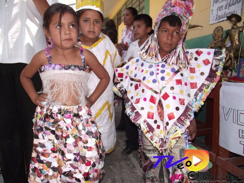 Muñecos Hechos De Papel Muestran Diversidad De Ecuador: Trajes En Papel Reciclado Para Niños
