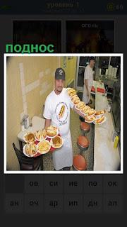 Официант положил тарелки на поднос и в руках еще несколько тарелок