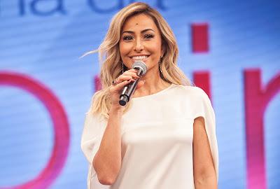 sabrina sato apresentando programa de televisão