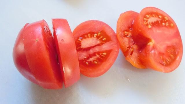 トマトは1.5㎝幅の輪切りに切る