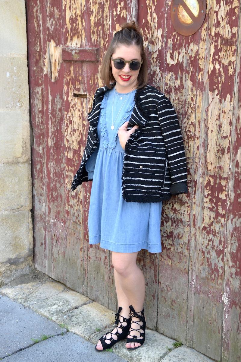 robe jean a vollants Asos les petites, veste Mango rayé noir et blanche, sandales noires Boohoo, lunette de soleil Asos, collier l'Atelier d'Amaya