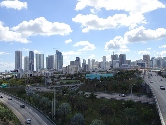 Visión de los rascacielos de Miami desde la carretera