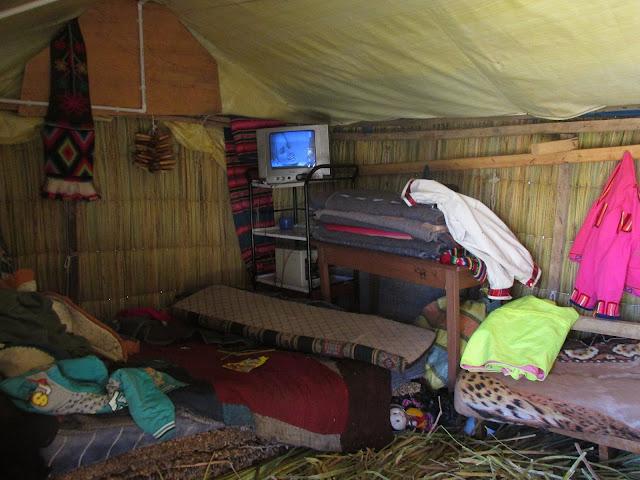 Wnętrze trzcinowej chaty na wyspie- flotantes Uros