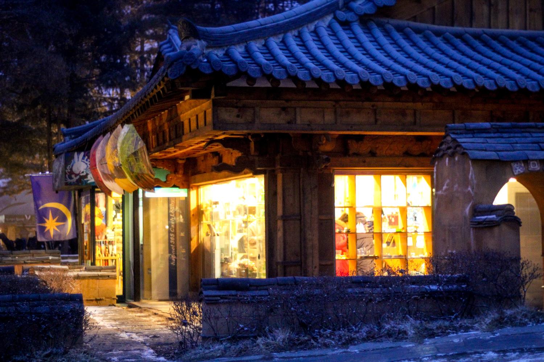 Tarjolla kohteessa Catawikin Japanilainen antiikki (eksklusiivinen): Japanilainen parketti / lakka Tansu-kaappi.