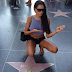 Nabilla: it pays tribute to Bruce Lee on Hollywood Boulevard!