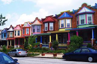 Casas coloridas alinhadas
