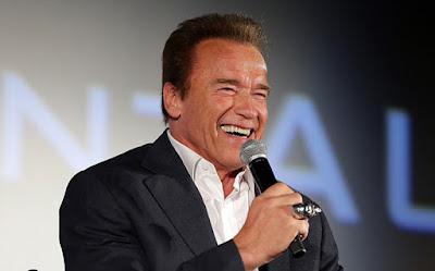 """Biografi Arnold Schwarzenegger  Arnold Schwarzenegger  Arnold Schwarzenegger lahir pada tanggal 30 Juli 1947, di dekat Graz, Austria. Dia mulai terkenal sebagai binaragawan top dunia, meluncurkan karir yang akan membuat dia menjadi bintang Hollywood raksasa. Setelah bertahun-tahun peran film blockbuster, Schwarzenegger pergi ke politik, menjadi gubernur California pada tahun 2003. Pada tahun 2012, ia kembali ke karir aktingnya, dibintangi dengan Jean-Claude Van Damme, Bruce Willis dan Sylvester Stallone dalam film The Expendables 2. Dalam hanya satu minggu, film telah naik ke No 1 di box office, membawa hampir $ 28.600.000. Film baru-baru ini termasuk The Expendables 3 (2014) dan Terminator Genisys (2015).  Tahun-Tahun Awal  Arnold Schwarzenegger lahir pada tanggal 30 Juli 1947, di dekat Graz, Austria. Masa Schwarzenegger adalah jauh dari ideal. Ayahnya, Gustav, adalah kepala polisi beralkohol dan anggota satu kali Partai Nazi, yang jelas disukai Arnold atas kurus, anak tampaknya kurang atletis pada waktu muda nya.  Gustav dilaporkan telah memukuli dan mengintimidasi Arnold dan, ketika dia bisa, diadu dua anak laki-laki melawan satu sama lain. Dia juga mengejek mimpi awal Schwarzenegger menjadi pembangun tubuh. """"Ini adalah perasaan yang sangat tegang di rumah,"""" Schwarzenegger kemudian mengenang. Jadi tegang dan"""