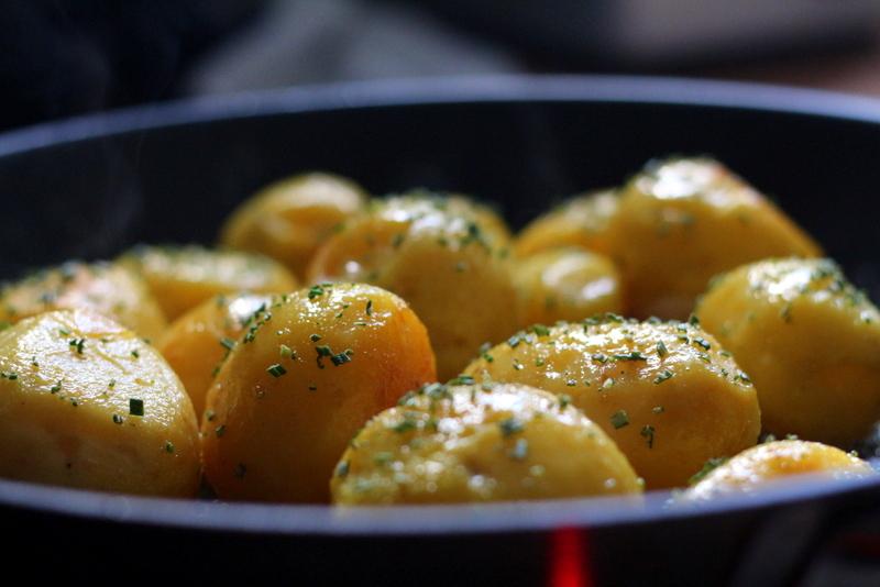Karamellisierte Rosmarinkartoffeln | Arthurs Tochter Kocht by Astrid Paul