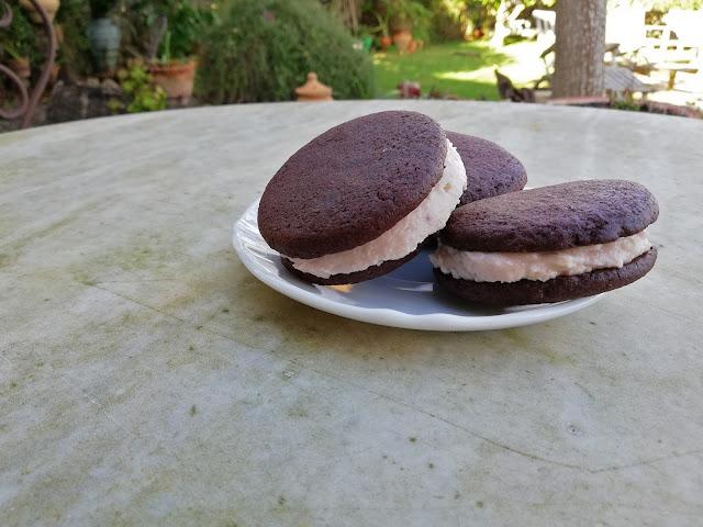 Galetes de xocolata farcides de crema de maduixa