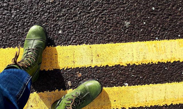 Vihreät maiharit, maiharit, tien keltaiset viivat