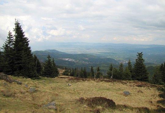 Widok ze szlaku w kierunku Karpacza i Kotliny Jeleniogórskiej.