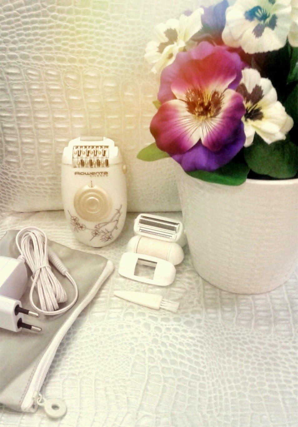 rowenta epilator with 3 accessories: shaving head, exfoliating head and armpits accessory