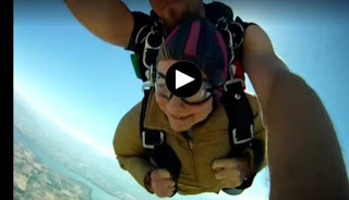 90χρονη γιόρτασε τα γενέθλιά της με… skydiving!
