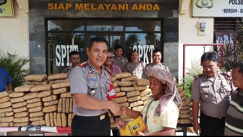 Petani Ini Temukan 209 Kg Ganja Tak Bertuan di Pinggir Jalan, Pemiliknya Pasti Dag dig dug